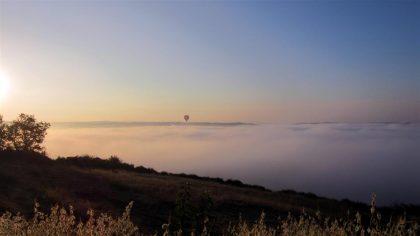 Lever de montgolfières au-dessus des brumes