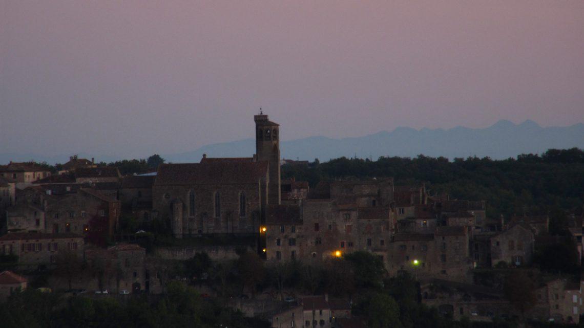 [:fr]Pyrenees derriere Cordes-sur-Ciel le soir.[:]