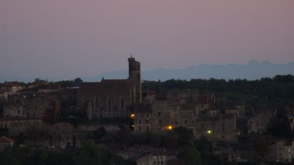 Pyrenees derriere Cordes-sur-Ciel le soir.